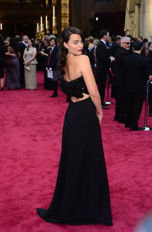 Margot-Robbie-wearing-Saint-Laurent-Oscars
